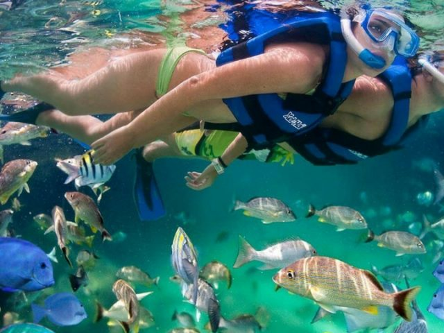 Bañarse en las aguas cristalinas en Lanzarote