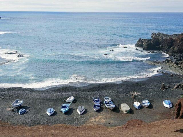 El Golfo Playa negra acantilado con barcquitos pesqueros