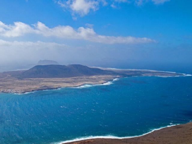 El mirador del río viendo la isla de La Graciosa