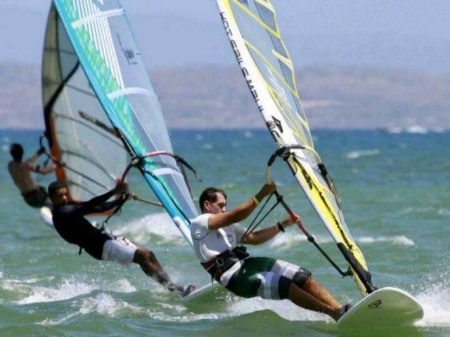 Haciendo windsurf en Costa Teguise Lanzarote
