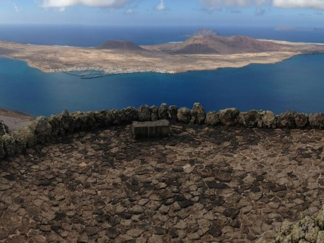 Isla de La Graciosa al fondo de la foto. Mirador del Río