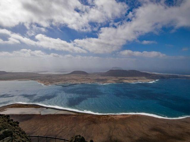 Panorámica desde el Mirador del Rió en Lanzarote. La Graciosa en frente