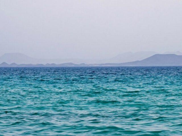 Playas de Papagayo en Playa Blanca viendo al frente Isla de Lobos y Fuerteventura